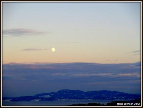 Vakre farger og en måne som snart er full over Frosta.